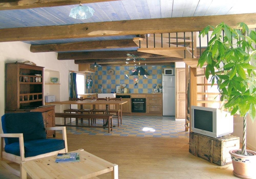 La grande pièce du bas : séjour, coin repas et cuisine
